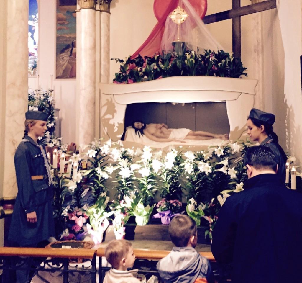 """Harcerki z drużyny 'Giewont"""" na warcie przy grobie Pana Jezusa w kościele Św/ Krzyża na Maspeth. Foto: Zygmunt Bielski"""